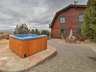 Grand Junction Home w/Patio, Hot Tub & Great View!