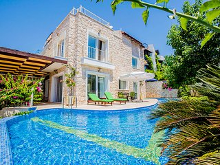 Villa Alfiya-4BDR/Sleeps 7 Luxury in Kalamar,Jacuzzi,Private Pool,Close to Sea