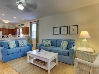 Family-friendly home w/ shared pool & hot tub - beach access 1 mile away!