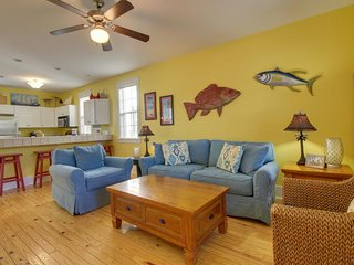 Poolside home w/ shared hot tub & more - beach access 1 mile away!