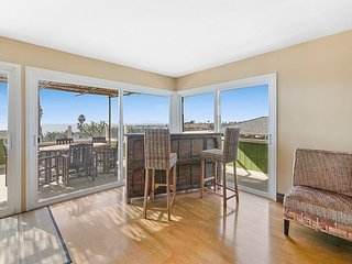 3BR w/ Hot Tub & Large Balcony Overlooking the Pacific