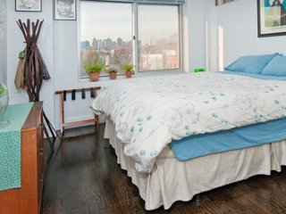 Private room in Astoria, Queens. Breakfast included. 25 minutes to Manhattan.