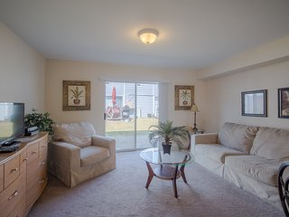 Decorated Condo w/ WiFi, Laundry Facilities & Complex Pool Access