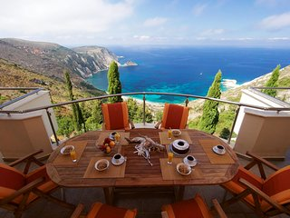 4- Halkes Apartment- A luxury apartment above Petani Beach
