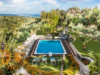 Villa Elisa - Hidden in the Trees with Great View!