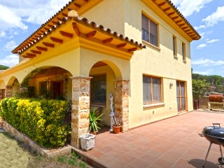 Sunny Villa Vidreres for 8 with private pool, only 14km to Costa Brava