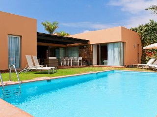 3 bedroom Villa with Pool, Air Con, WiFi and Walk to Shops - 5334244