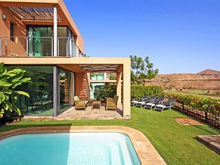 2 bedroom Villa with Pool, Air Con, WiFi and Walk to Shops - 5334547