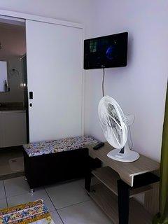 Suíte da família, com TV LCD e ventilador.
