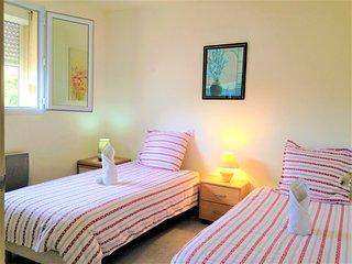 Très jolie chambre pour 2 adultes ou 2 enfants, très lumineuse et ensoleillé très calme vue jardin