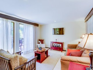 Romantic beachside condo with shared pool, on-site tennis courts, beach access