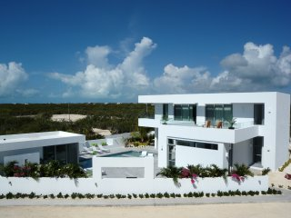 Modern Villa - Perfect for Large Families - Amazing Pool - 2 min. from beach