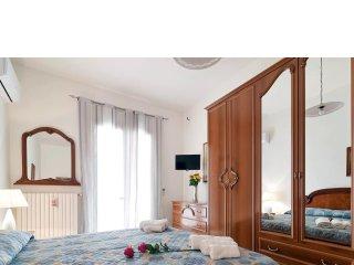 CASA CONTE: camera matrimoniale, ingresso- soggiorno, cucinino, bagno, giardino