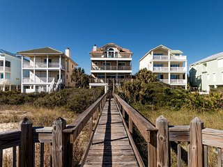 SEABISCUIT, 5BR/4.5BA PLANTATION BEACHFRONT, SLEEPS 20, W/ ELEVATOR, LOVE PETS