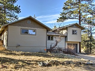 Estes Park House w/ Deck, Mtn Views & Hot Tub!