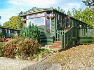 FOXES DEN, all ground floor, private decking, pet-friendly, WiFi, Crossgates, Ll