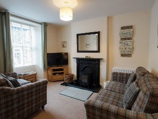 RAGLAN COTTAGE, wi-fi, wood burning stove. Ref: 972661