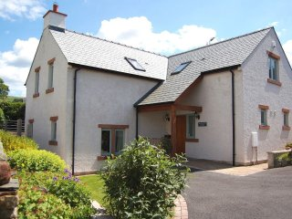 MARGARET HOUSE, Large cottage, private garden, nearby lake, WiFi, parking, Ref: