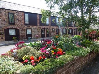 THE GRANARY, coach house, private parking. Ref: 972637