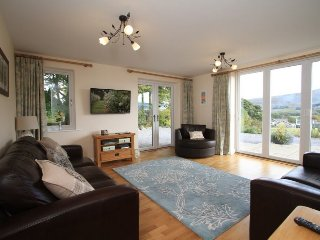 ERIBEL COTTAGE, Modern cottage, fell views, private parking, village, WiFi, pets