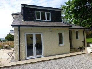 ERIBEL COTTAGE, Modern cottage, fell views, private parking, village, WiFi, pets