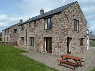 HUNTERS CHASE, large holiday cottage, family friendly, WiFi, open fire, close to
