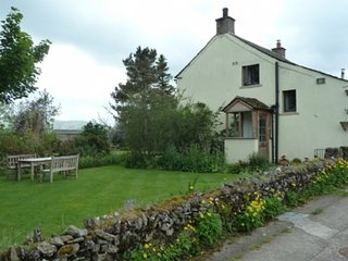 LOW GARTH, characterful cottage, WiFi, garden, Fell views, open fire, private pa