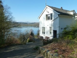 BEECH HOW COTTAGE. Private Lake frontage, WiFi, pets welcome, family friendly