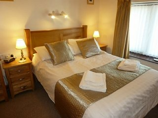 JUNIPER COTTAGE, Pets welcome, Wi-Fi, romantic, central location, in Ambleside