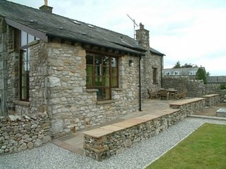 KNOTT VIEW BARN, converted barn, spacious, BBQ, in Kirkby Lonsdale, ref:972294