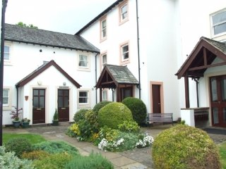 ELM COURT, second floor apartment, views of river, in Keswick, ref:972290