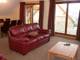 ELDERBECK LODGE, modern and open-plan, beautiful views of lake, WiFi, in Pooley