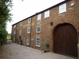 CARLETON MILL COTTAGE, all first floor, exposed wooden beams, views of River