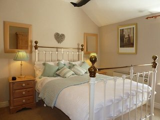 CLAIRGARTH, traditional and character, open-plan, romantic, near Keswick