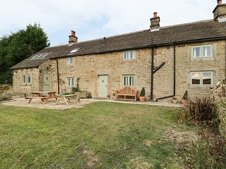 BROADWOOD FARM, woodburners, pet friendly, games room, in Hathersage, Ref
