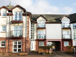 AUBREY VIEW beautifully appointed apartment, balcony, close to coast, in Largs,