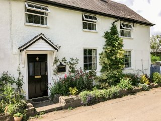 GEORGE COTTAGE, woodburner, WiFi, off road parking, pets welcome, enclosed garde