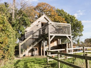 THE GARDEN ROOM, romantic studio apartment, country views, raised decking area