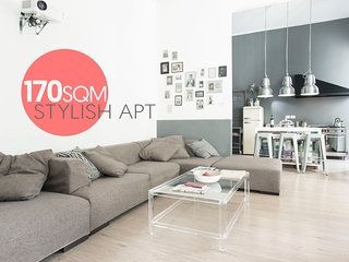 170sqm STYLISH APARTMENT IN ELEGANT CHIAIA DISTRICT