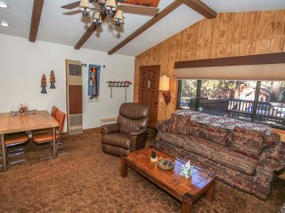 ~Cozy Hollow~Furnished Central Cabin~Great Sun Deck & Patio Area~