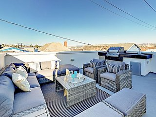 Luxe 3BR Balboa Peninsula w/ Epic Rooftop Deck - City & Newport Bay Views