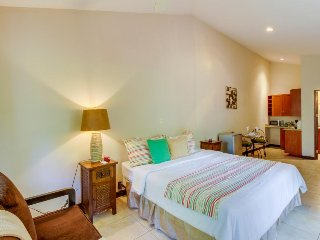 Romantic beach condo with shared pool, spa, gym & tennis courts