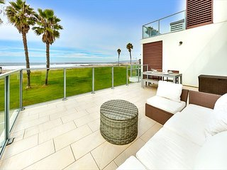 20% OFF SEP - Beachfront Modern Condo, Steps to Shops & Pier