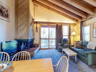 Inviting condo w/ shared pool & hot tub - 1 mile from the slopes, near Tahoe