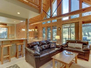 Cute cabin w/ private hot tub, shared pool & sauna - 3 golf courses on-site