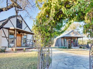 3 historic cottages w/common firepit & grilling area, access to Palo Alto Creek!