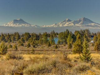Beautiful ranch home w/ deck & stunning mountain views - near Sisters & Bend!