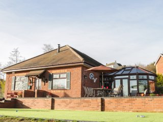 WRENS NEST, hot tub, barbecue hut, summer house, pet-friendly, in Cleobury