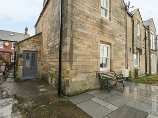 THE TYNEMOUTH COTTAGE, sea views, centre of Tynemouth, delightful patio, Ref