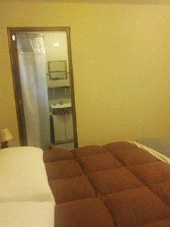 Habitación con cama de 2x2mts. con baño. Es el único baño del apartamento